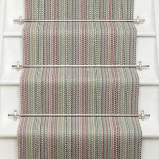 Foto de escalera en L, tradicional, pequeña, con escalones de madera, contrahuellas de madera y barandilla de madera
