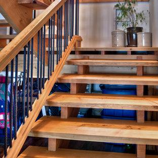 На фото: угловые лестницы среднего размера в стиле рустика с деревянными ступенями и перилами из смешанных материалов без подступенок