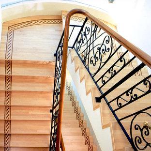 トラディショナルスタイルのおしゃれな階段の写真