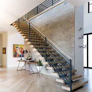 Diseño de escalera contemporánea, sin contrahuella, con escalones de madera y barandilla de varios materiales