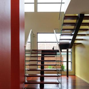 Modelo de escalera suspendida, contemporánea, sin contrahuella, con escalones de madera
