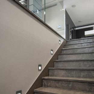 Ejemplo de escalera recta, minimalista, grande, con escalones de travertino y contrahuellas de travertino