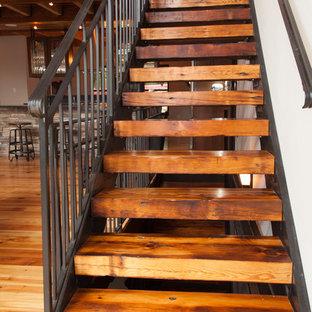 Foto di una scala a rampa dritta rustica con pedata in legno e nessuna alzata