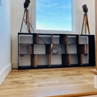 Imagen de escalera de estilo de casa de campo, pequeña, con escalones de madera, contrahuellas de madera y barandilla de cable