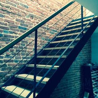 Idée de décoration pour un petit escalier droit design avec des marches en bois et des contremarches en métal.