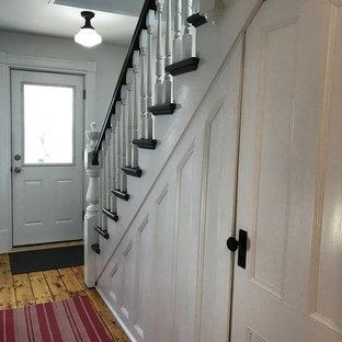 Diseño de escalera recta, de estilo de casa de campo, de tamaño medio, con escalones de madera, contrahuellas de madera y barandilla de madera