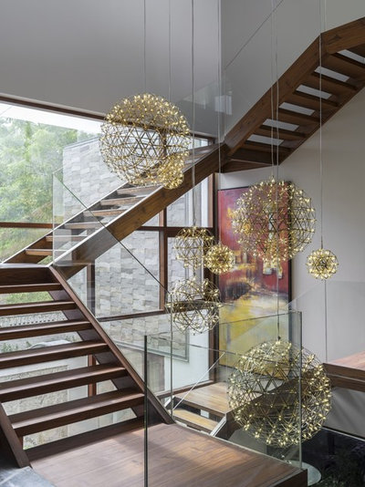 Contemporary Staircase by PURPLE STUDIO