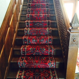 ミルウォーキーの中くらいの木のトラディショナルスタイルのおしゃれな直階段 (木の蹴込み板) の写真