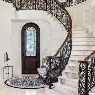 Modelo de escalera curva, mediterránea, con escalones de mármol, contrahuellas de mármol y barandilla de varios materiales