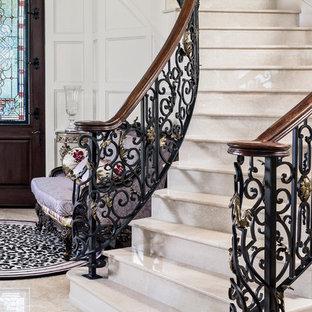 Foto de escalera mediterránea con escalones de mármol, contrahuellas de mármol y barandilla de varios materiales
