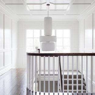 Diseño de escalera en U, clásica renovada, extra grande, con escalones de madera, contrahuellas de madera pintada y barandilla de madera