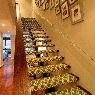 ニューヨークの大きいフローリングのコンテンポラリースタイルのおしゃれな階段の写真