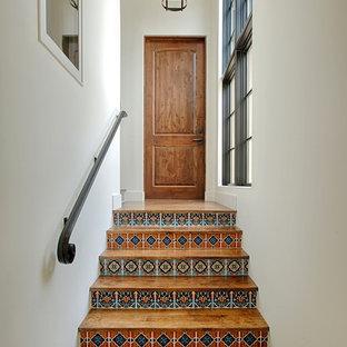 Свежая идея для дизайна: прямая лестница в средиземноморском стиле с деревянными ступенями, подступенками из плитки и металлическими перилами - отличное фото интерьера