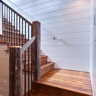 Ejemplo de escalera en L, campestre, de tamaño medio, con escalones de madera y contrahuellas de madera