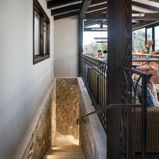 サンディエゴの中くらいのタイルの地中海スタイルのおしゃれなかね折れ階段 (タイルの蹴込み板) の写真