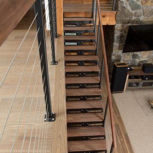 フィラデルフィアの中サイズの木のラスティックスタイルのおしゃれなフローティング階段 (金属の蹴込み板、木材の手すり) の写真