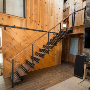 Ejemplo de escalera suspendida, rural, de tamaño medio, con escalones de madera, contrahuellas de metal y barandilla de madera
