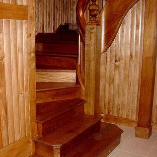 Idee per una scala curva rustica di medie dimensioni con pedata in legno e alzata in legno