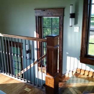 Diseño de escalera recta, tradicional, extra grande, con escalones de madera, contrahuellas de madera y barandilla de madera