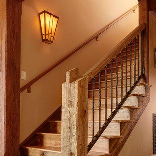Ejemplo de escalera recta, rural, con escalones de madera y contrahuellas de madera