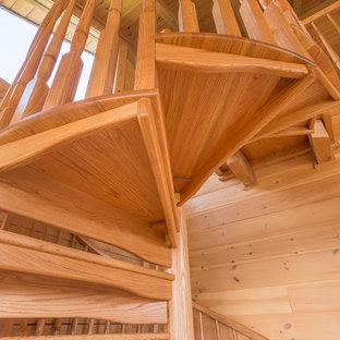 Ispirazione per una scala a chiocciola stile rurale con pedata in legno e alzata in legno
