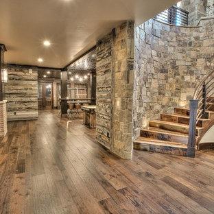 Ejemplo de escalera curva, rústica, extra grande, con escalones de madera y contrahuellas de madera