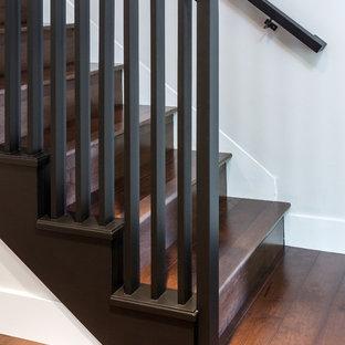 Modelo de escalera recta, vintage, de tamaño medio, con escalones de madera y contrahuellas de madera