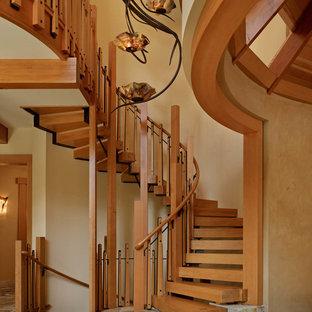 Foto de escalera de caracol, rústica, sin contrahuella, con escalones de madera