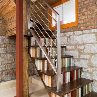 Imagen de escalera en L, rústica, con escalones de madera y contrahuellas de madera pintada