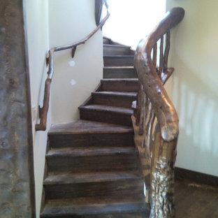 Ejemplo de escalera curva, rural, con escalones de madera y contrahuellas de madera