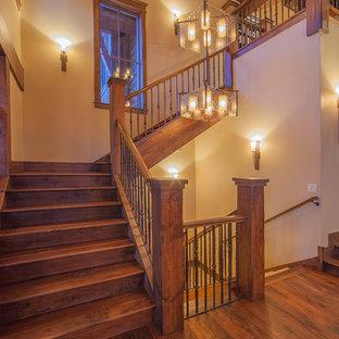 Modelo de escalera en L, rústica, con escalones de madera, contrahuellas de madera y barandilla de varios materiales