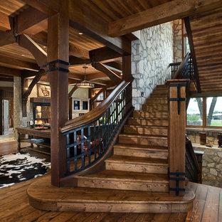 Ejemplo de escalera en U, rústica, con escalones de madera, contrahuellas de madera y barandilla de varios materiales