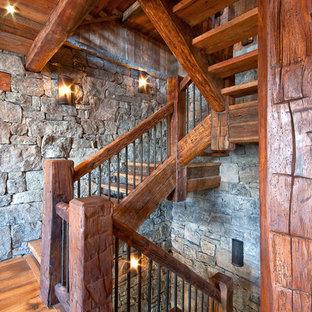 Foto de escalera rural, sin contrahuella, con escalones de madera