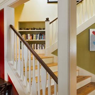 Ejemplo de escalera rural con escalones de madera, barandilla de madera y contrahuellas de madera pintada