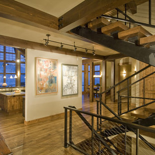 Ejemplo de escalera rústica, sin contrahuella, con escalones de madera