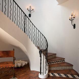 他の地域のサンタフェスタイルのおしゃれなサーキュラー階段の写真