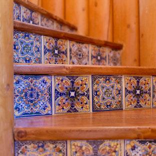 アルバカーキのサンタフェスタイルのおしゃれな階段の写真