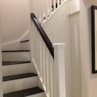 Пример оригинального дизайна интерьера: маленькая угловая лестница в стиле ретро с деревянными ступенями и крашенными деревянными подступенками
