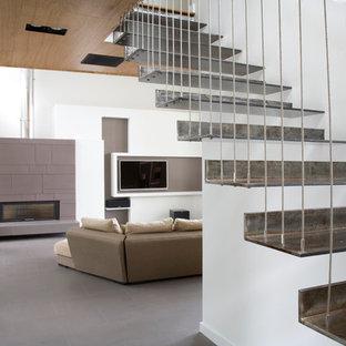 Diseño de escalera suspendida, actual, sin contrahuella, con escalones de metal