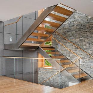 Идея дизайна: п-образная лестница среднего размера в стиле модернизм с деревянными ступенями и стеклянными перилами без подступенок