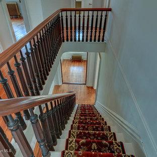 ニューヨークの巨大なヴィクトリアン調のおしゃれな直階段 (カーペット張りの蹴込み板) の写真