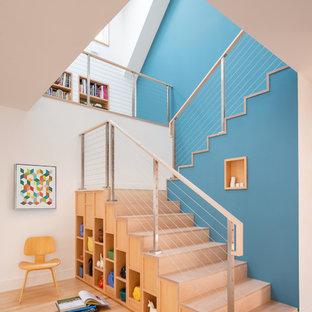 Неиссякаемый источник вдохновения для домашнего уюта: п-образная лестница в современном стиле с деревянными ступенями, деревянными подступенками и перилами из тросов