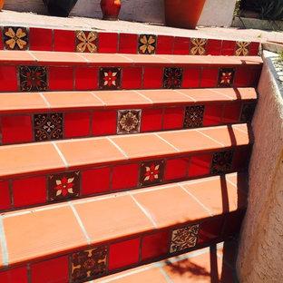 Ejemplo de escalera recta, mediterránea, de tamaño medio, con escalones de hormigón y contrahuellas con baldosas y/o azulejos