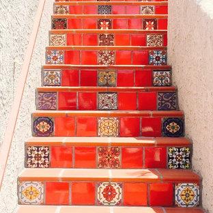 Foto de escalera recta, mediterránea, de tamaño medio, con escalones de hormigón y contrahuellas con baldosas y/o azulejos