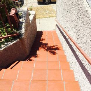 Imagen de escalera recta, mediterránea, de tamaño medio, con escalones de hormigón y contrahuellas con baldosas y/o azulejos