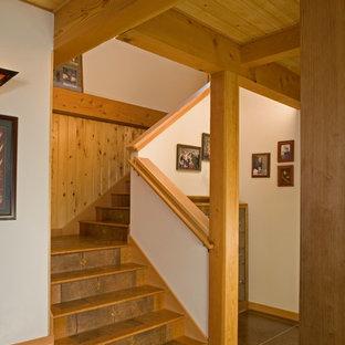 """Ispirazione per una scala a """"L"""" stile rurale di medie dimensioni con pedata in legno, alzata piastrellata e parapetto in legno"""