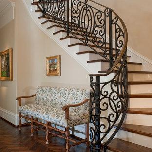 Modelo de escalera curva, mediterránea, grande, con escalones de madera y contrahuellas de madera pintada