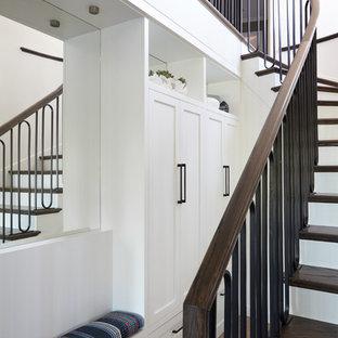 Idee per una scala curva classica di medie dimensioni con pedata in legno e alzata in legno verniciato