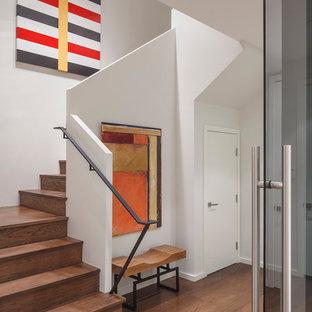 Mittelgroße Moderne Holztreppe in U-Form mit Holz-Setzstufen und Stahlgeländer in San Francisco