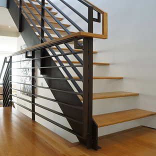 Imagen de escalera suspendida, minimalista, sin contrahuella, con escalones de madera